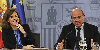 La vicepresidenta y el ministro de Econom�a, en la rueda de prensa tras el Consejo de Ministros.