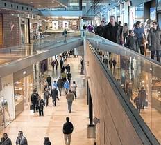 Compradors al centre comercial de lIlla, en un dels diumenges oberts.