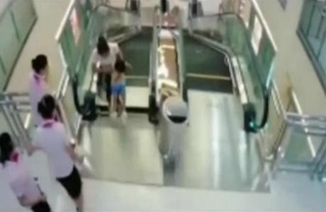 Mujer desnuda en el centro comercial
