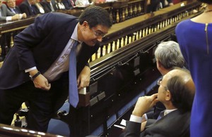 El portavoz del PSOE en el Senado, Oscar López, el miércoles, hablando con el presidente de la Cámara Pío García Escudero.