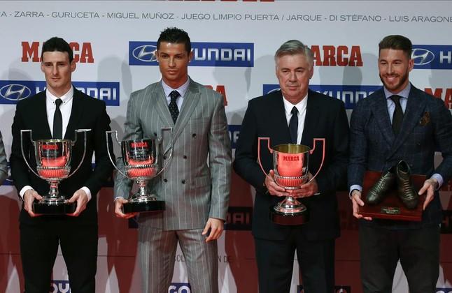 Ronaldo, acompañado por Aduriz, Ancelotti y Ramos tras la entrega de los premios Marca de la temporada pasada
