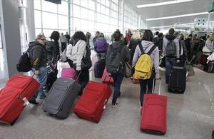 Un grupo de turistas en la terminal 1 del aeropuerto de Barcelona-El Prat.