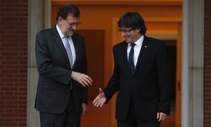 El presidente del Gobierno en funciones, Mariano Rajoy, y el de la Generalitat, Carles Puigdemont, en su cita en la Moncloa.