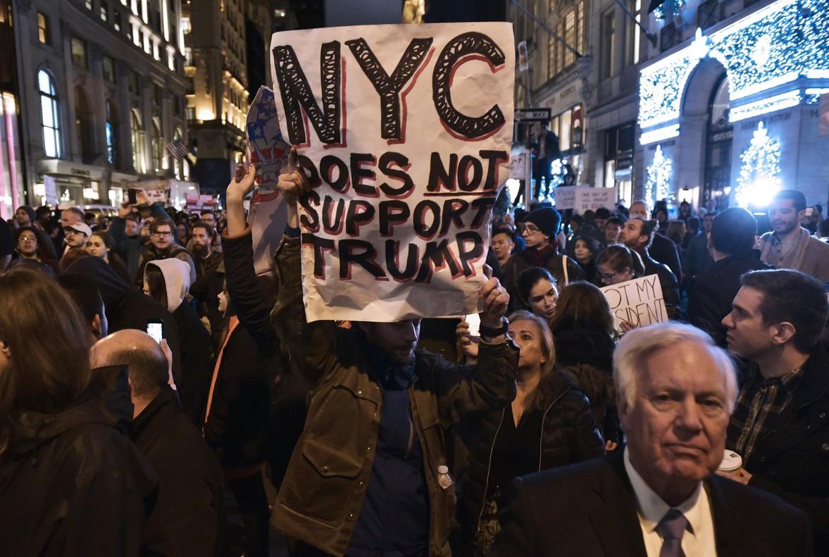 Nueva York no apoya a Trump, reza un cartel durante una protesta frente a la Trump Tower de Nueva York.
