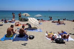 Bañistas en una playa.