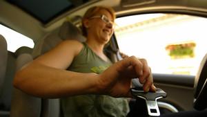 Mujer abrochandose el cinturón de seguridad