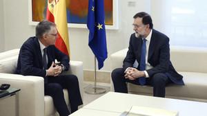Carlos Tavares (PSA) conversa con Mariano Rajoy.