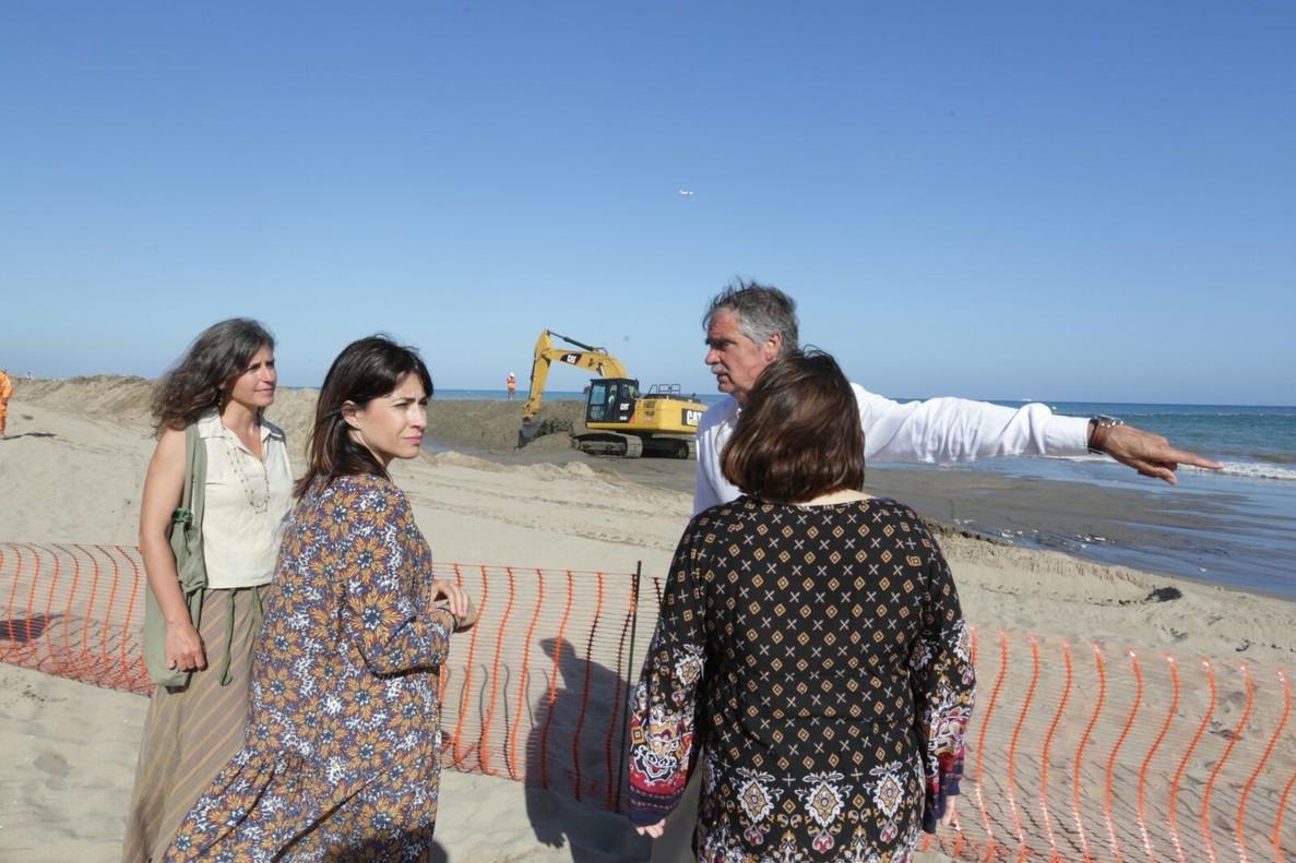 El acto en el que se vertió la arena en la playa de Gavà.