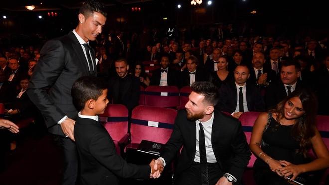 El hijo de Cristiano saluda a Messi en presencia de su padre y Antonella, en Londres.