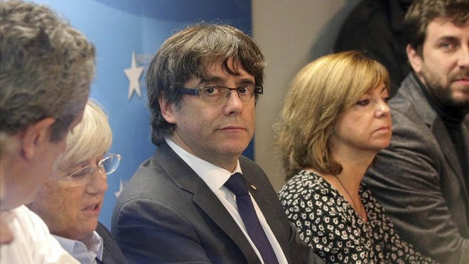 Carles Puigdemont, en el Centro de Prensa de Bruselas, junto a varios exconsellers