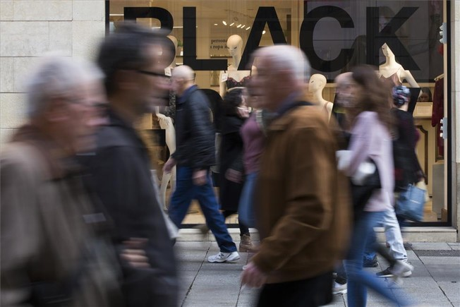 Comercios con carteles de Black Friday en Barcelona.