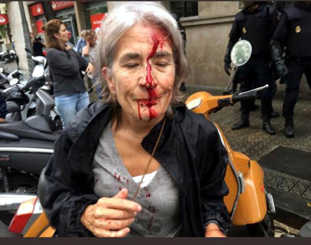 Bloomberg destaca como imagen del año la violencia policial del 1-O