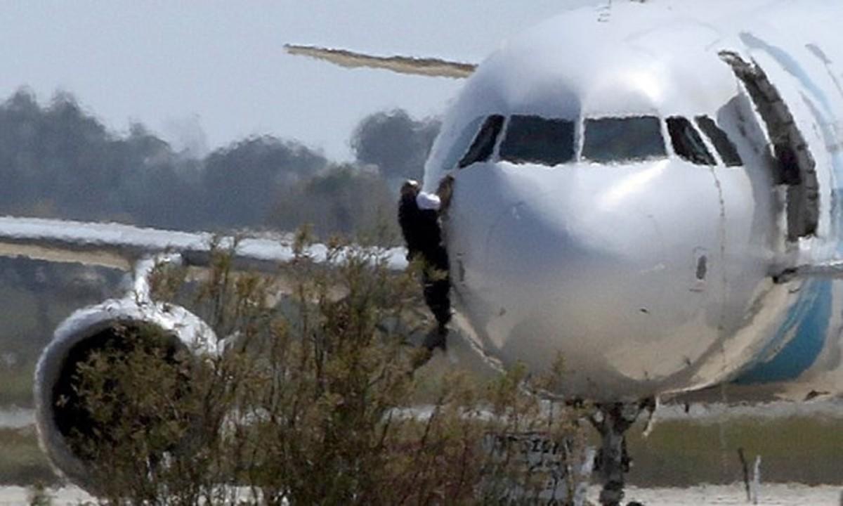 Un avión secuestrado de Egypt Air, obligado a aterrizar en Chipre, al minuto