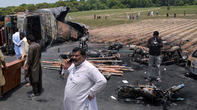 Almenys 123 morts a l'explotar un camió cisterna al Pakistan