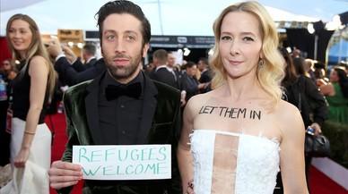 El actor Simon Helberg y su esposa protestan por la política sobre la actual restricción de los refugiados a su llegada a la gala de los premios del Sindicato de Actores enLos Ángeles, California.