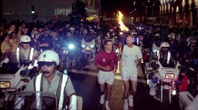 La antorcha olímpica por las calles del barrio de Poblenou.