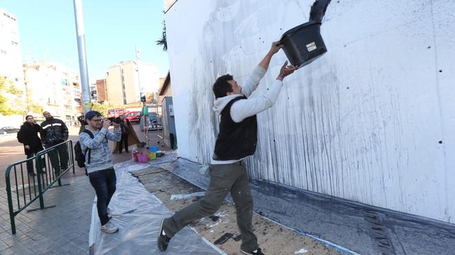 El artista Lucas Mil� durante el proceso creativo.