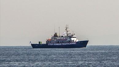 Italia ordena a una oenegé socorrer al barco ultra del Mediterráneo