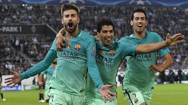Piqu�, Su�rez y Busquets celebran el gol del central azulgrana, que pon�a al Bar�a por delante del marcador.�