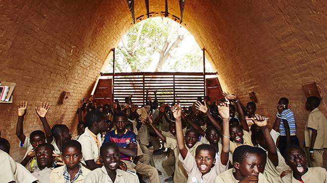 Un estudi d'arquitectes de Barcelona aixeca al Senegal una escola amb volta catalana