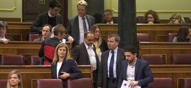 Diputados de PDECat, ERC y Podemos abandonan el Congreso, este jueves.