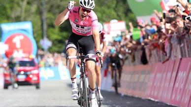 Tom Dumoulin, líder del Giro, para a defecar en plena carrera