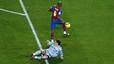 La impotencia de Casillas. Etoo, a punto de marcar un gol, tras aprovechar un error de Roberto Carlos. 20 de noviembre del 2004.
