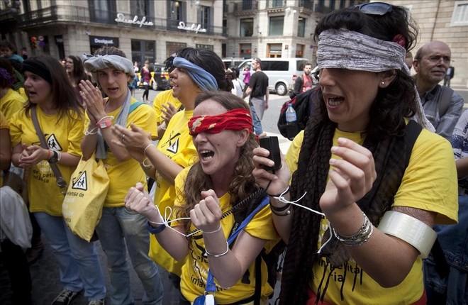 Protesta en la plaza deSant Jaume de Barcelona en contra los recortes en las guarderias municipales, en mayo del 2012.