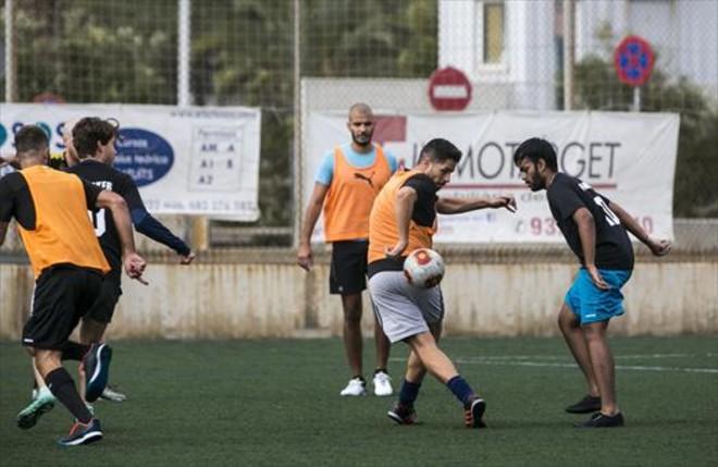 Futbolistas 'amateurs' juegan en el campo de fútbolAgapito Fernández tras quedar vía CeleBreak. Hoy son 12 jugadores de 8 nacionalidades.