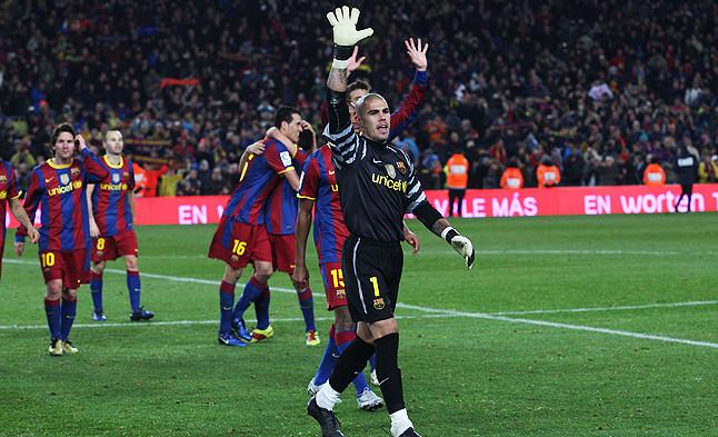 Un gesto para el recuerdo. Varios jugadores del Barça se dirigen al público emulando el saludo que Bruins Slot popularizó en 1994 tras otro 5-0 al eterno rival.