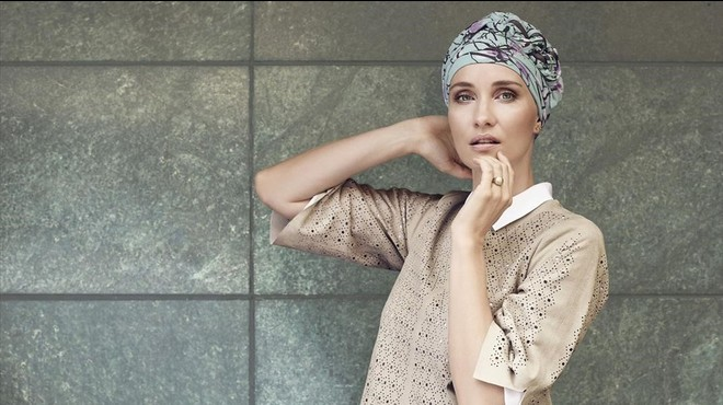 La exmodelo Helena Christensen posa con dos dise�os de turbantes, que ha realizado para mujeres que sesomenten a un tratamiento de quimioterapia contra el c�ncer.
