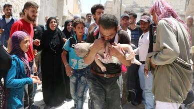 Un hombre sostiene el cuerpo sin vida de su hijo en brazos tras uno de los bombardeos en el barrio rebelde de Al-Marjah, en el norte de Alepo, este domingo.