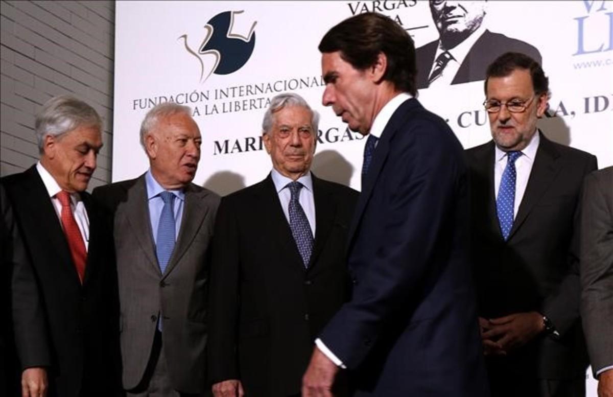 Frialdad entre Mariano Rajoy y José María Aznar en un homenaje a Mario Vargas Llosa