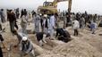 Atentado en Kabul: cientos de personas se unen para cavar las tumbas de las 80 v�ctimas