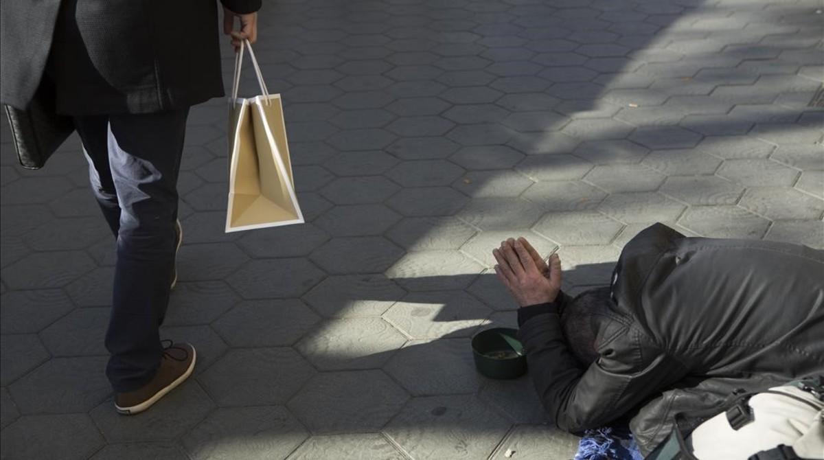 La caída de salarios deja en riesgo de pobreza al 28% de trabajadores