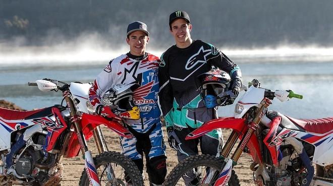 Marc y Àlex Márquez, junto a sus dos Honda de enduro.