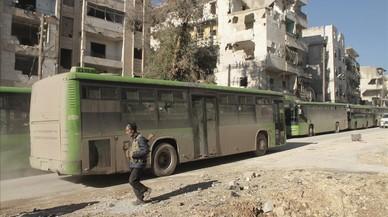 Un cotxe bomba mata desenes de sirians evacuats de poblacions assetjades