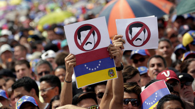 Un policia mort i desenes de ferits i detinguts en una manifestació contra Nicolás Maduro