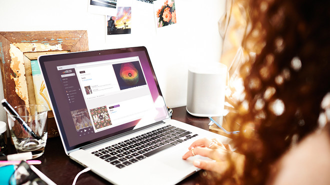 Un ordenador con Deezer abierto.