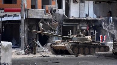 Tropas del gobierno siriopatrullan por el barrio de al-Shaar después de tomar el control en la ciudad de Alepo.