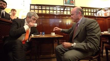 El responsable de Economía de Ciudadanos, Luis Garicano, y el ministro del área, Luis de Guindos, toman un ca'fe en un bar al lado del Congreso.