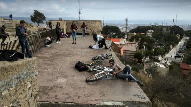 Varias personas contemplan las vistas de Barcelona desde una zona de la bater�a antia�rea de acceso restringido.