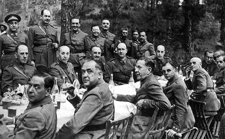 Foto de archivo, tomada en Tenerife a principios de julio de 1936, de una comida celebrada por los jefes y oficiales de las Guarniciones de Canarias, bajo la presidencia del comandante general de Canarias, general Francisco Franco, en la que se ultimaron algunos detalles relacionados con el alzamiento.