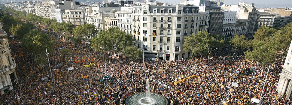 La multitud de manifestantes, en paseo de Gràcia con Gran Via. FERRAN NADEU