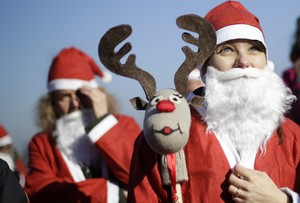Varias personas vestidas de Papa Noel, en Turín.