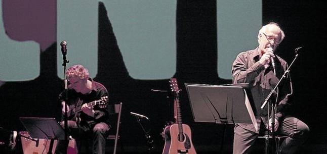 Joan Isaac, a la dreta, i el guitarrista Josep Traver, durant el concert al Teatre Joventut.