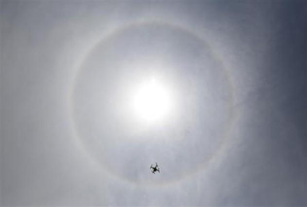 Un drone vuela delante de un halo solar observado desde Lima el 5 de marzo del 2014.