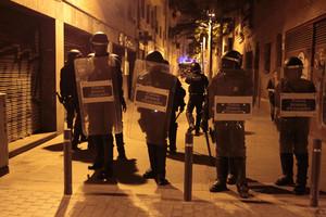 Un grup de mossos, als voltants de Can Vies, dimarts a la nit.