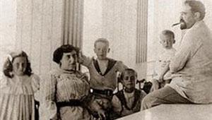 Vicente Blasco Ib��ez con su esposa, Mar�a Blasco, y sus cuatro hijos.