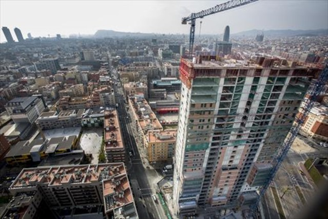 Edificio de viviendas en construcción en Barcelona, después de estar un tiempo la obra parada.